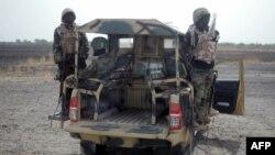 Des soldats nigérians patrouillent dans l'Etat de Borno, près de Marte, au Nigeria, le 5 juin 2013.