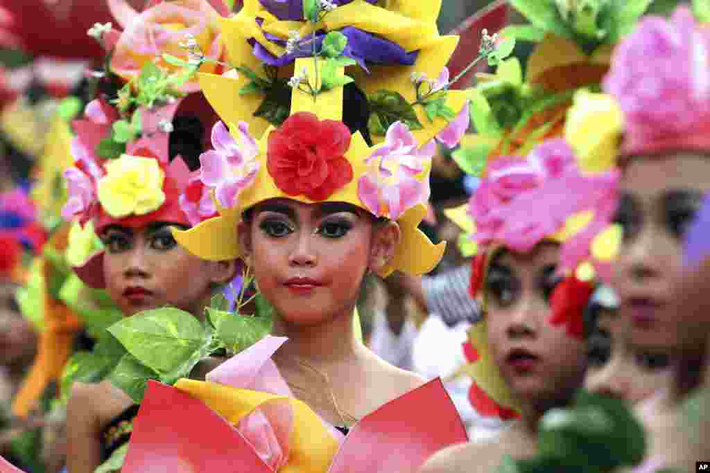 Indonesian children in costumes gather during a parade for this year's last sundown in Bali island, Dec. 31, 2015.