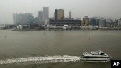 一艘渡轮驶近澳门(资料照片)