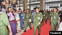 တပ္မေတာ္ကာကြယ္ေရးဦးစီးခ်ဳပ္ ဗိုလ္ခ်ဳပ္မွဴးႀကီး မင္းေအာင္လိႈင္ ျပည္ေထာင္စုၿငိမ္းခ်မ္းေရးညီလာခံ-(၂၁)ရာစုပင္လုံ (ဒုတိယအႀကိမ္)အစည္းအေဝးကို တက္ေရာက္လာစဥ္ (ဓါတ္ပံု- Senior General Min Aung Hlaing Facebook)