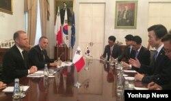 조셉 무스카트 몰타 총리(왼쪽)가 지난달 29일 몰타를 방문한 윤병세 한국 외교장관과 회담했다. (자료사진)