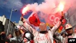 Các công nhân công đoàn biểu tình chống chính phủ ở Pháp