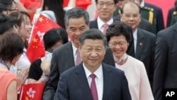 中國收回香港二十週年,習近平到香港,左後是梁振英右後是林鄭月娥(2017年6月29日)