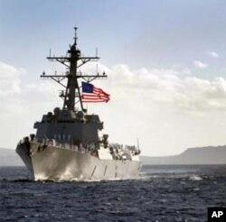 Soái hạm USS Blue Ridge của Đệ Thất Hạm Đội, Khu trục hạm USS Chafee (hình trên) và Tàu cứu hộ USS Safeguard có mặt ở cảng Đà Nẵng từ ngày 23/4/2012