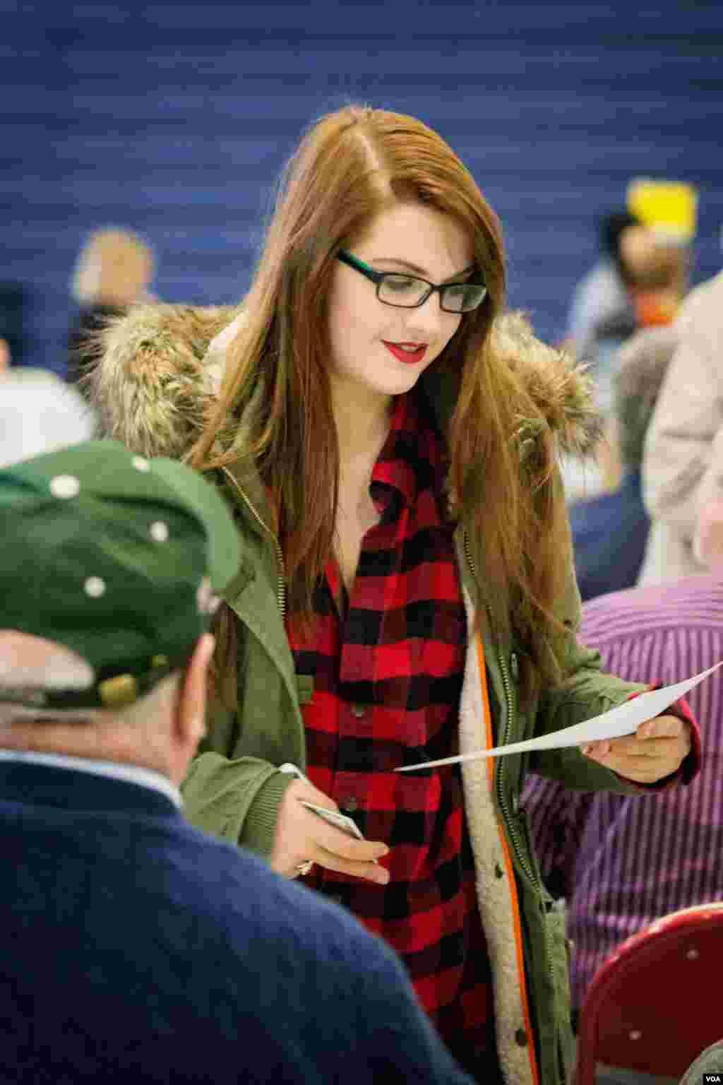 新罕布什尔州伦敦德里市的一个投票站内领取表格的选民。(美国之音记者方正拍摄)