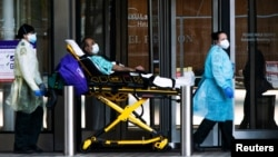 Petugas medis mengangkut pasien Covid-19 di rumah NYU Langone, Manhattan, New York (3/5). New York adalah wilayah di AS yang terparah dilanda wabah Covid-19.