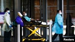 Petugas kesehatan memindahkan pasien yang mengenakan masker di NYU Langone Hospital, selama wabah COVID-19 di wilayah Manhattan, New York City, New York, AS, 3 Mei 2020. (Foto: REUTERS/Eduardo Munoz)