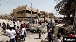 4月15日伊拉克人聚集在巴格达卡玛丽亚区汽车炸弹爆炸现场