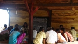 Relawan Sokola sedang mengajarkan baca tulis kepada para penduduk desa Wailago, Flores (Foto: dok)