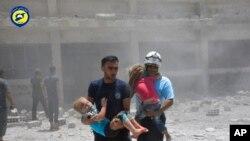 سوریايی ماشومان له هوايي بمباریو نه وروسته ؛ یو کور چی هغوی پکی زده کړه کوله بمباریو وران کړ؛ د جون ١۴ مه ٢٠١٧ م کال