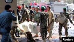 Binh lính Afghanistan đưa các nạn nhân của vụ tấn công liều chết tại tỉnh Helmand lên xe cứu thương, ngày 11 tháng 02 năm 2017.