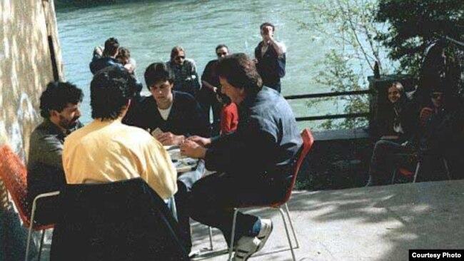 Kartanje ispred Kajaka (foto: cafekajak.com)