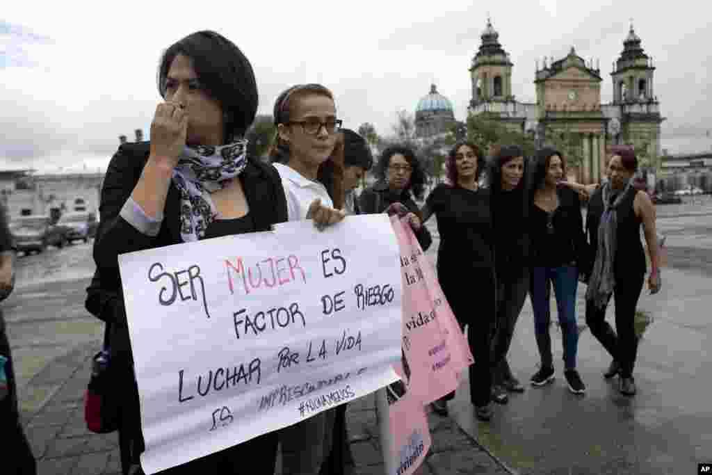 Activistas en Guatemala se reúnen en la Plaza Constitución para unirse al movimiento #NiUnaMenos contra la violencia hacia las mujeres.