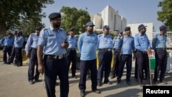 Policemen keep guard outside the Supreme Court of Pakistan building in Islamabad June 19, 2012.