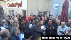 Suasana di depan kantor harian Cumhuriyet, Turki (Foto: dok). Pengadilan Turki memerintahkan penangkapan sembilan pimpinan dan wartawan surat kabar oposisi Cumhuriyet, Sabtu (5/11), termasuk di antaranya pimpinan redaksi Murat Sabuncu, juru gambar karikatur Musa Kart dan kolumnis Kadri Gursel.