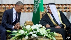 Rais Obama akizungumza na mfalme mpya wa Saudia, Salman bin Abdul Aziz huko Riyadh, Jan 27,2015