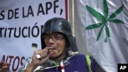 Un partidario de la legalización del uso recreaciones de la marihuana fuma frente a la Corte Suprema de México, el miércoles, 4 de noviembre de 2015.
