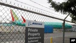 យន្តហោះ Boeing 737 MAX 8 ដែលធ្វើសម្រាប់ក្រុមហ៊ុន Shanghai Airlines កំពុងចត នៅរោងចក្រដំឡើងយន្តហោះរបស់ក្រុម Boeing Co. កាលពីថ្ងៃទី១១ ខែមីនា ឆ្នាំ២០១៩ នៅក្នុងក្រុង Renton រដ្ឋធានីវ៉ាស៊ីនតោន។