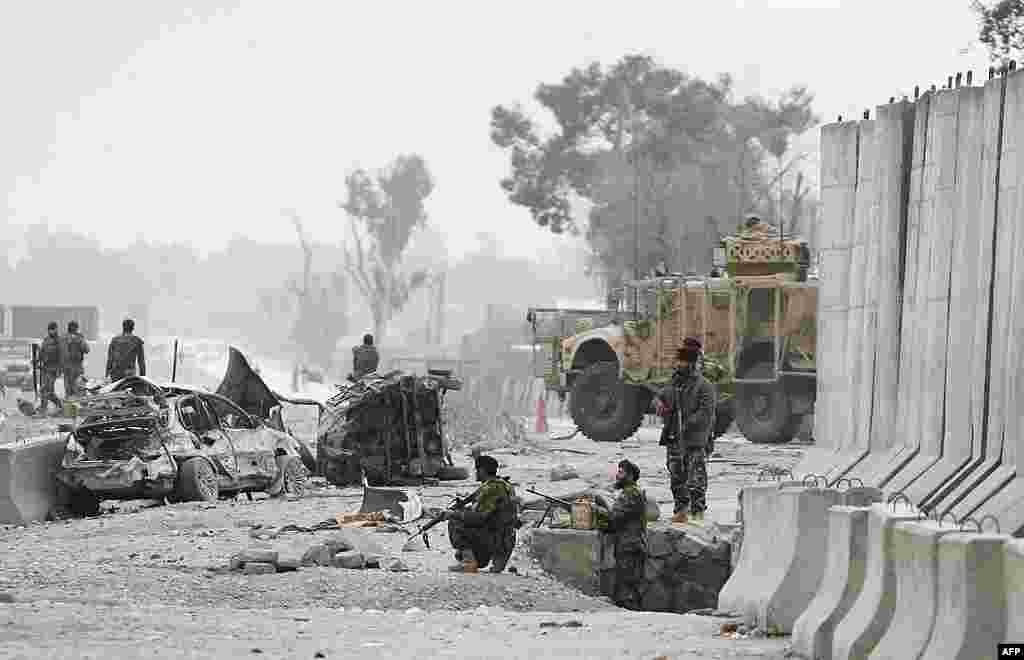 Binh sĩ Afghanistan tại hiện trường sau vụ đánh bom tự sát ở Jalalabad, ngày 27/2/2012