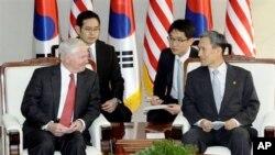 한국의 김관진 국방장관과 회담하는 게이츠 장관 (좌)