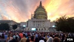 Miles de personas aguardan desde la madrugada la llegada del papa al Capitolio.[Foto: Gioconda Reynolds, VOA].