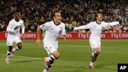 Landon Donovan, kati, wa Marekani akisherehekea na wachezaji wenzake baada ya kufunga goli la ushindi dhidi ya Algeria katika uwanja wa Loftus Versfeld,Pretoria.
