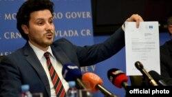 Potpredsjednik crnogorske Vlade Dritan Abazović sa mišljenjem Venecijanske komisije (Foto: RTCG