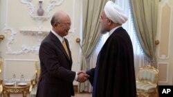 아마노 유키야 국제원자력기구(IAEA) 사무총장(왼쪽)이 29일 이란 테헤란에서 하산 로하니 이란 대통령과 만나 악수하고 있다.