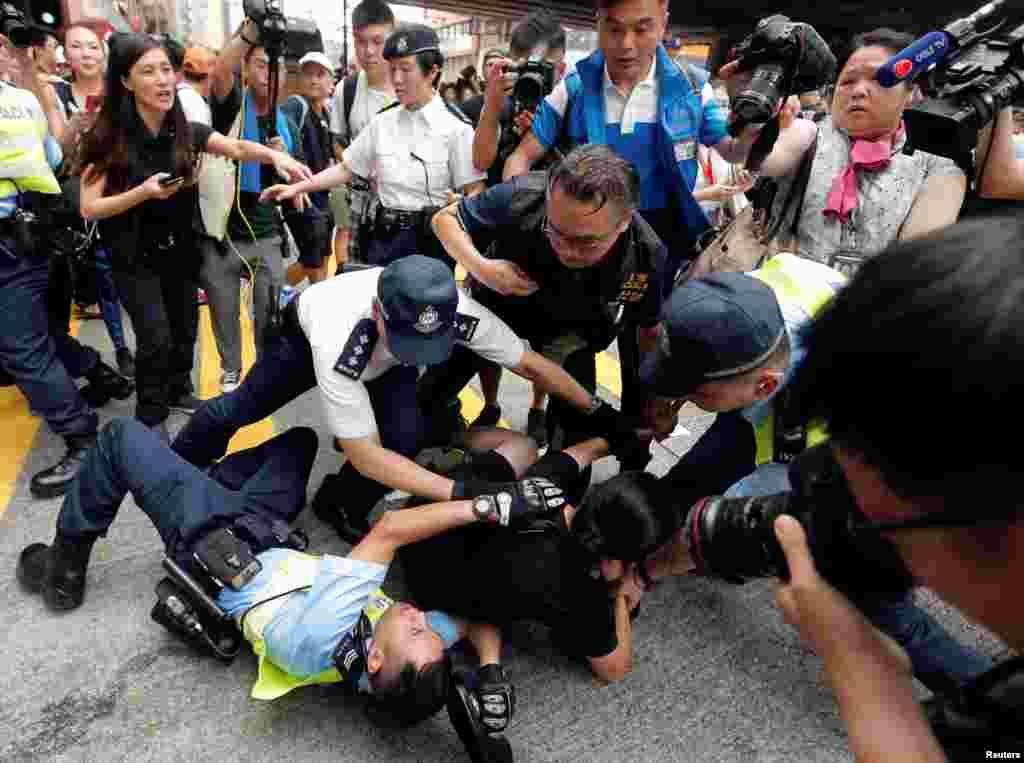 پیر کو مظاہرین اور پولیس میں تصادم بھی ہوا۔