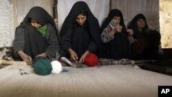 Karpet tenunan tangan Afghanistan terutama diproduksi di Afghanistan utara, dan kepopuleran karpet-karpet itu semakin meningkat di pasar dunia (foto: dok).