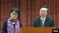 台湾文化部长龙应台(左)以及陆委会主委王郁琦在立法院接受质询(美国之音张永泰拍摄)