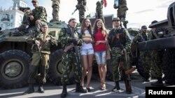 乌克兰东部两女性和亲俄罗斯分离主义分子合影
