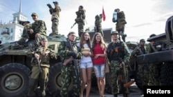 Separatis pro-Rusia melakukan parade di Luhansk, Ukraina timur (foto: dok).