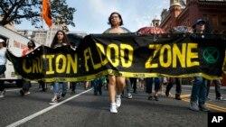 2019年9月23日环保活动人士走上华盛顿西北13街示威游行