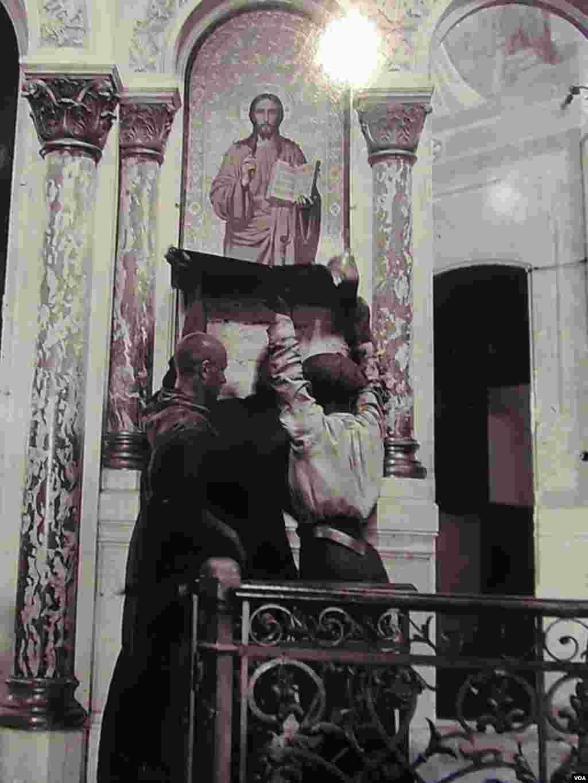 拆除教堂內聖象。