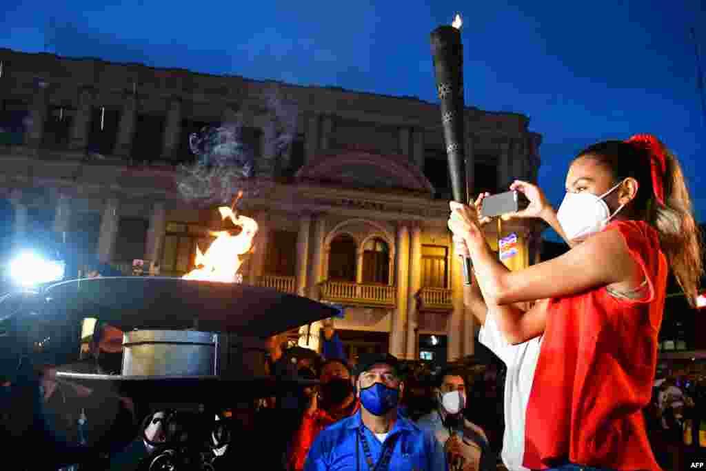 La corredora Noelia Vargas, sostiene la Antorcha de la Independencia en San José, Costa Rica en el marco de las celebraciones del Bicentenario de la Independencia.