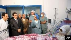 Tsohon shugaban kasar Tunisia Zine al-Abidine Ben Ali lokacin da ya ziyarci Mohammed Bouazizi matashin da ya kona kan shi don kuncin rayuwa, wanda kuma shi ne mafarin boren juyin juya hali a kasashen Larabawa
