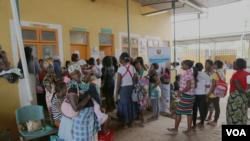 Mulheres esperam na Clínica Jhpiego para fazerem o rastreio ao cancro cervical