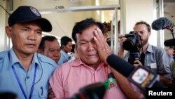 在法庭宣判后,有4名家人死于红色高棉的一位柬埔寨人失声哭泣。
