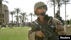 美国士兵在巴格达绿色安全区里站岗 (资料照片)