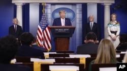 特朗普總統星期六(4月4日)在白宮出席新型冠狀病毒疫情簡報會。 (美聯社)