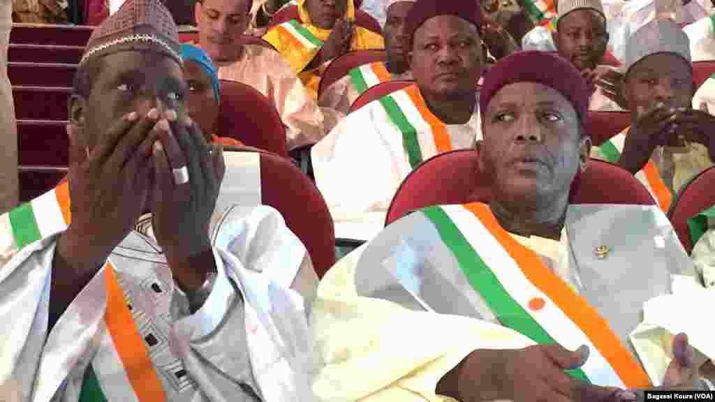 Des députés nigériens nouvellement élus prient avant le début de la première séance de la nouvelle Assemblée Nationale. Les élus de l'opposition ont boycotté la cérémonie au Palais des Congrès de Niamey, jeudi 24 mars 2016. Photo voa Bagassi Koura.