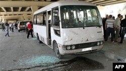 Sirijski istražitelji na mestu bombaškog napada u Damasku, 27. april 2012.