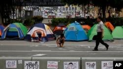 10月10日,香港市民在政府總部外搭建帳篷,繼續爭取真普選。