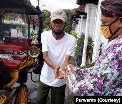 Purwanto, Ketua Paguyuban Kusir Andong Yogyakarta melayani pengguna jasa dengan protokol kesehatan. (Foto: Courtesy/Purwanto)