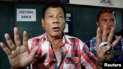 Cũng như ông Trump, ông Duterte có xu hướng mị dân để chiếm sự ủng hộ của những cử tri bất mãn về nạn tham nhũng, tội phạm và sự chênh lệch giàu nghèo.