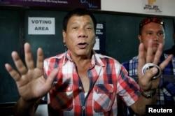 """ຜູ້ສະໝັກເປັນປະທານາທິບໍດີ ທ່ານ Rodrigo """"Digong"""" Duterte ກ່າວຕໍ່ສື່ ກ່ອນທີ່ຈະບ່ອນບັດເລືອກຕັ້ງ ໃນມັດທະຍົມປາຍ Daniel Aguinaldo ແຫ່ງຊາດ ທີ່ເມືອງ Davao ທາງພາກໃຕ້ຂອງຟິລິບປີນ, 9 ພຶດສະພາ, 2016."""