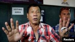 总统候选人罗德里戈在菲律宾阿吉纳尔多丹尼尔全国高中投票前与媒体对话(2016年5月9日)