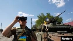 우크라아나 병사가 2일 도네츠크 지역의 데발체베의 검문소에서 망원경으로 주위를 살피고 있다.