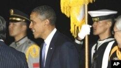 奧巴馬總統在星期三晚抵達南韓並檢閱儀仗隊